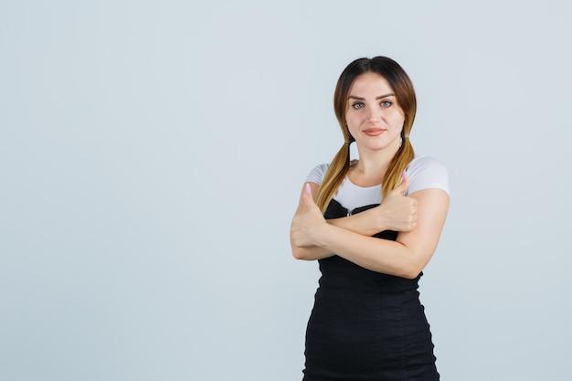 Młoda kobieta pokazująca podwójne kciuki w górę