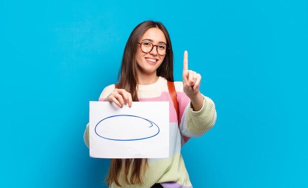 Młoda kobieta pokazująca rysunek