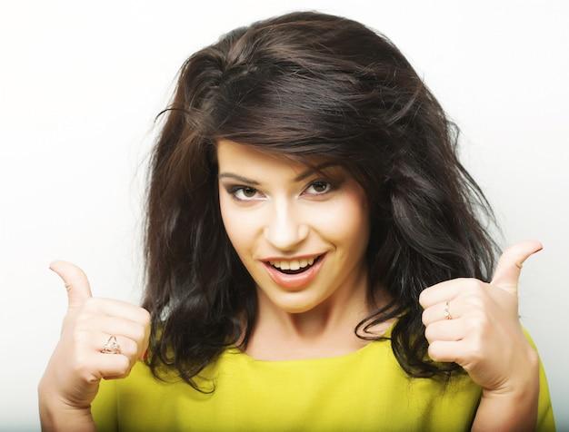 Młoda kobieta pokazuje aprobata gest