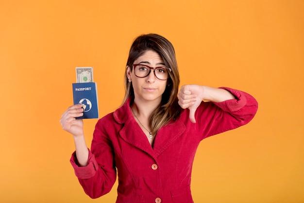 Młoda kobieta pokazuje dezaprobatę