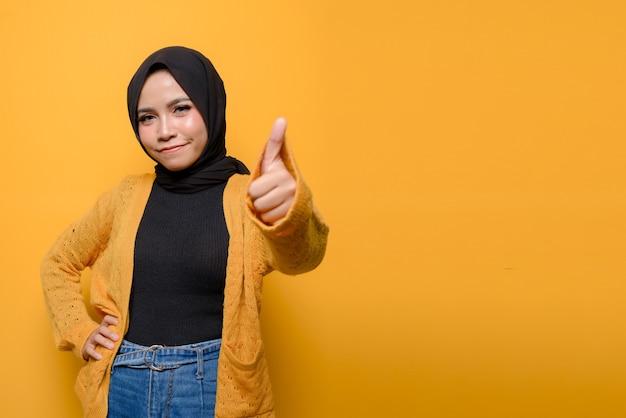 Młoda kobieta pokazuje kciuki do góry