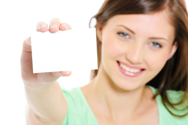 Młoda kobieta pokazuje pustą białą wizytówkę