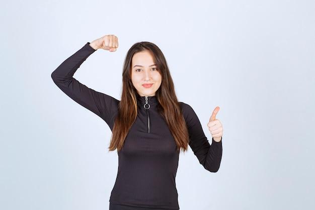 Młoda kobieta pokazuje swoją pięść i siłę