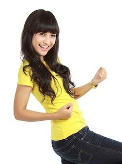Młoda kobieta pokazuje szczęśliwego gest