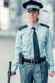 Młoda kobieta policjantka na służbie