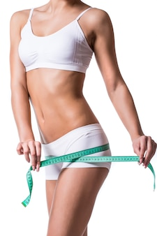 Młoda kobieta pomiaru idealnego kształtu koncepcji zdrowego stylu życia piękne uda