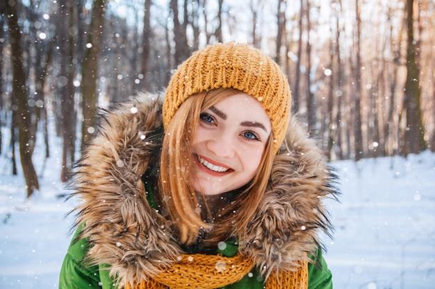 Młoda kobieta portret zimowy zbliżenie portret szczęśliwej dziewczyny