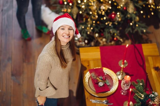 Młoda kobieta pozuje do przodu w przeddzień nowego roku