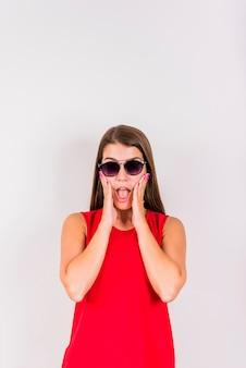 Młoda kobieta pozuje podczas zaskakujący