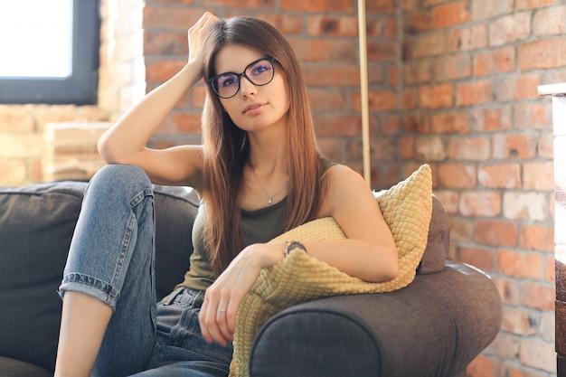 Młoda kobieta pozuje wśrodku domu