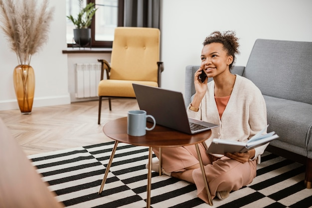 Młoda kobieta pracująca w nowoczesnym miejscu