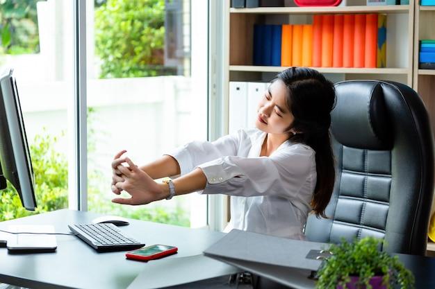 Młoda kobieta pracująca zmęczona do pracy