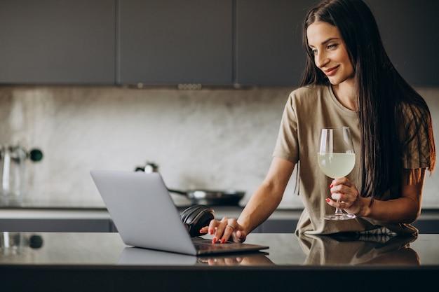 Młoda kobieta pracuje na laptopie z domu