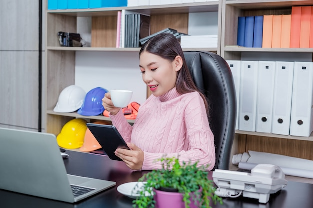 Młoda kobieta pracuje w biurze.