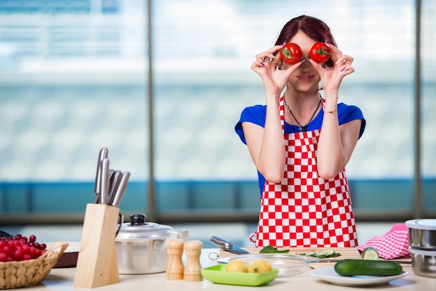 Młoda kobieta pracuje w kuchni