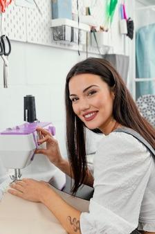 Młoda kobieta pracuje w swoim warsztacie projektowania mody