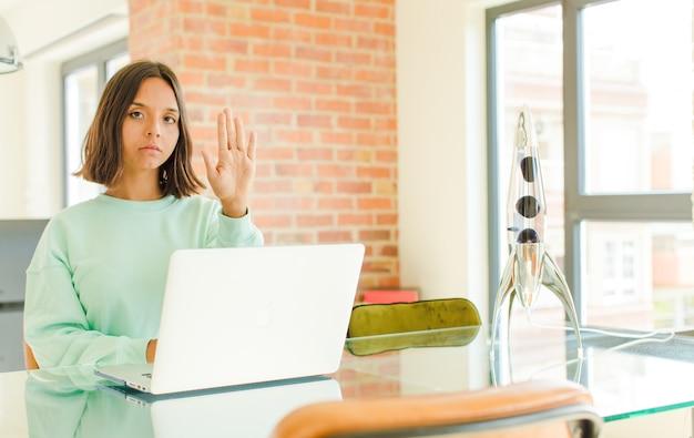 Młoda kobieta pracuje z laptopem