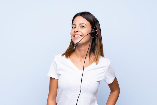 Młoda kobieta pracuje z słuchawki