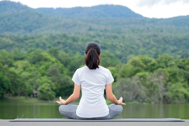 Młoda kobieta praktykuje jogę w przyrodzie. medytacja.