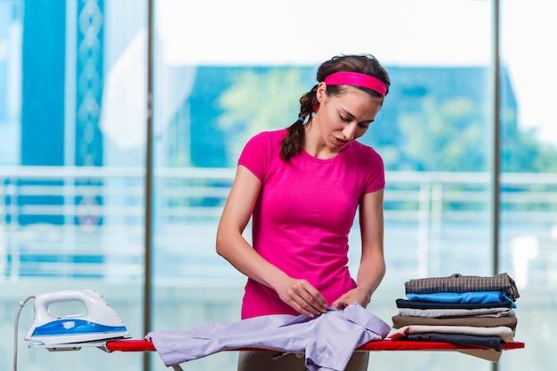 Młoda kobieta prasowania odzieży na pokładzie