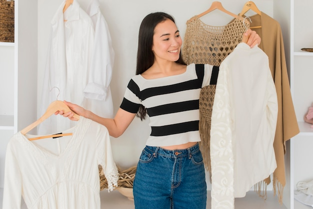 Młoda kobieta próbuje na ubrania