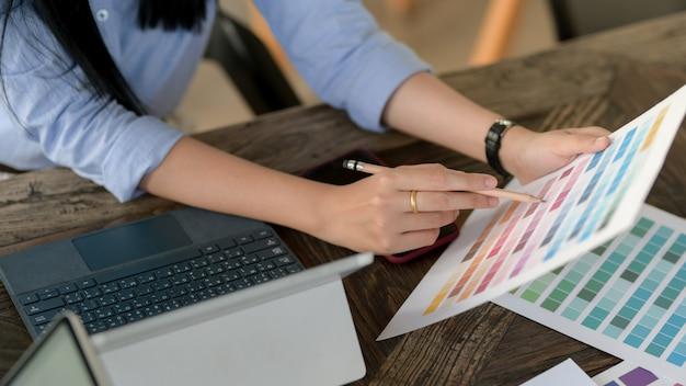 Młoda kobieta profesjonalny projektant wybiera kolor na próbkę koloru