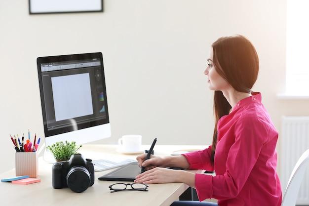 Młoda kobieta projektant pracująca w biurze