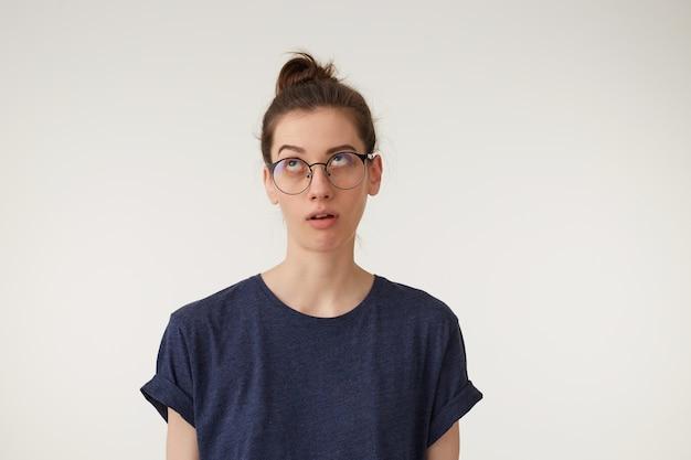 Młoda kobieta protekcjonalnie robi przysługę, przewracając oczami