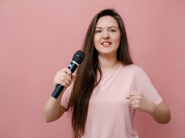 Młoda kobieta protest z mikrofonem w ręku