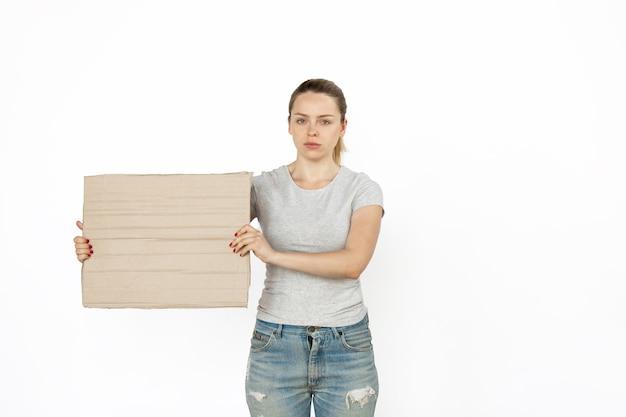 Młoda kobieta protestuje z pustą tablicą