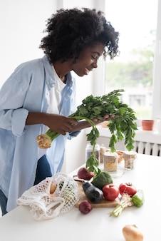 Młoda kobieta prowadząca zrównoważony styl życia