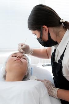 Młoda kobieta przechodzi procedurę microbladingu