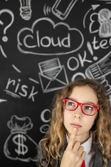 Młoda kobieta przed tablica z biznesem szkicu.