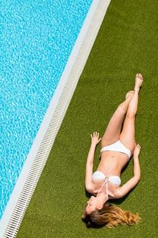 Młoda kobieta przy basenie
