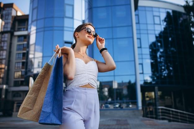 Młoda kobieta przy centrum handlowym