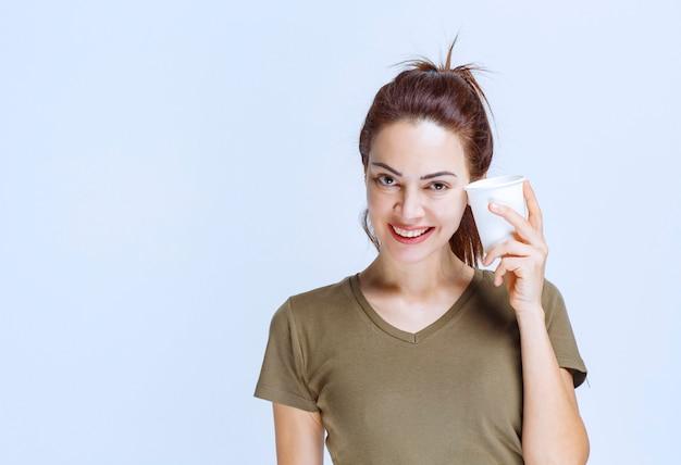 Młoda kobieta przy filiżance napoju rano