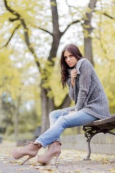 Młoda kobieta przy jesień parkiem