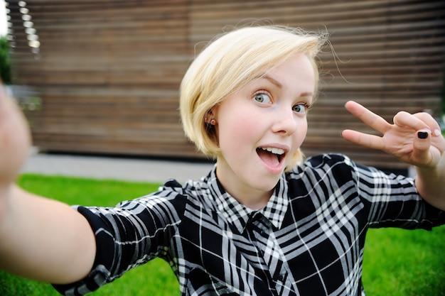 Młoda kobieta przy selfie