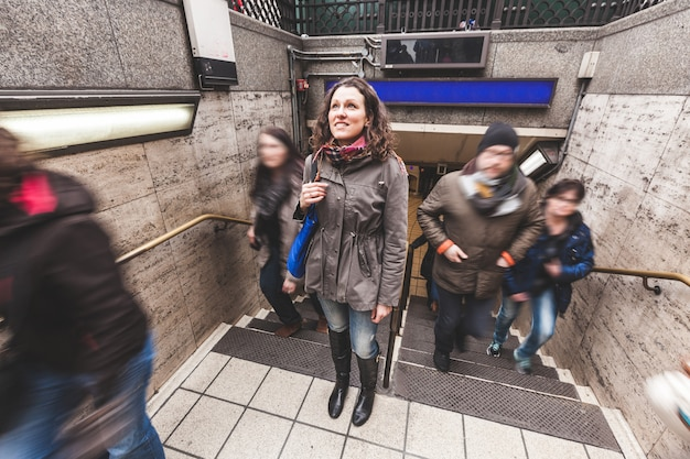 Młoda kobieta przy wyjściem rury w londynie