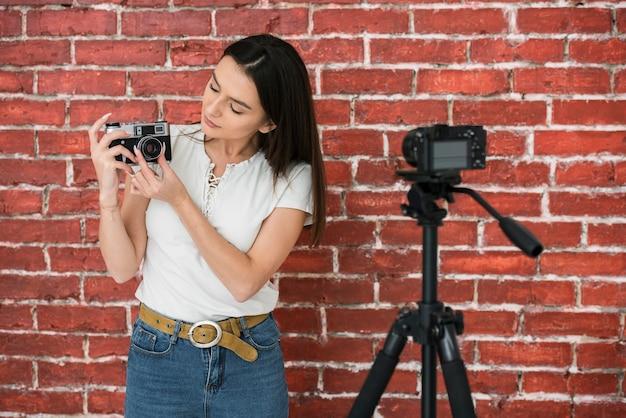 Młoda kobieta przygotowuje się do nagrywania