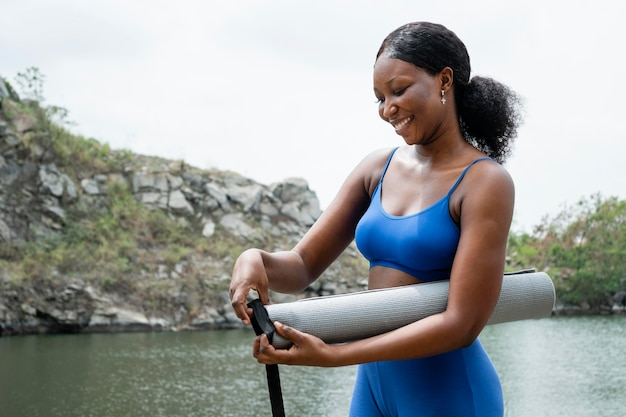 Młoda kobieta przygotowuje się do zajęć jogi online