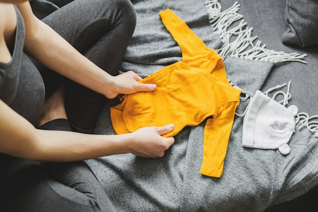 Młoda kobieta przygotowuje ubrania dla dziecka
