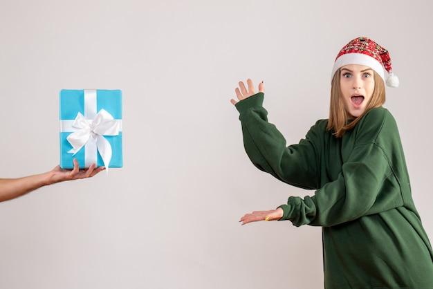 Młoda kobieta przyjmuje prezent od mężczyzny na białym tle