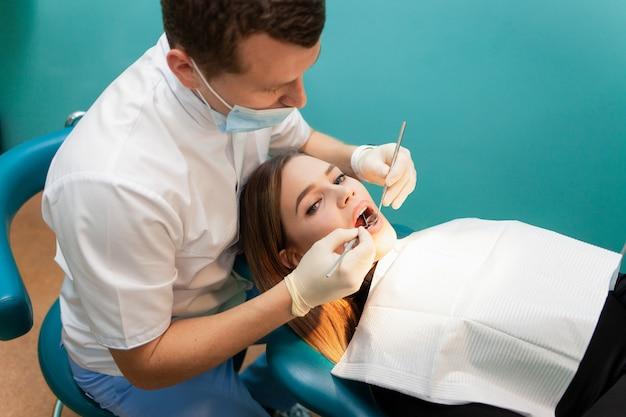 Młoda kobieta przyszła do dentysty na badanie
