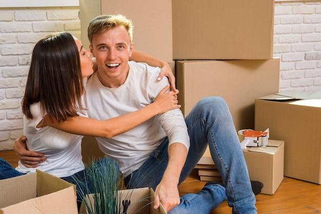 Młoda kobieta przytulanie swojego chłopaka