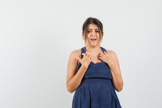 """Młoda kobieta pyta """"mnie""""? gest w sukience i smutny"""