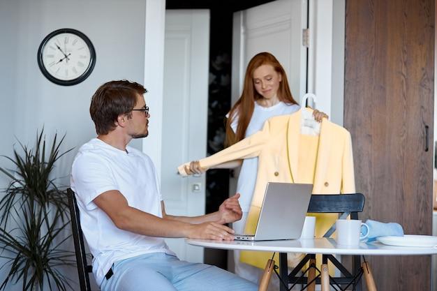 Młoda kobieta pyta o opinię pracującego męża