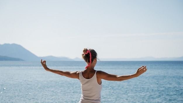 Młoda kobieta rano medytacja nad morzem