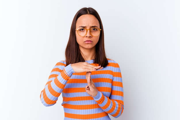 Młoda kobieta rasy mieszanej na białym tle pokazując gest limitu czasu.