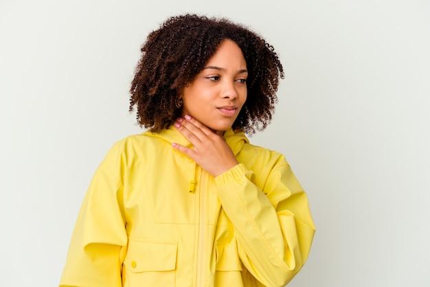Młoda kobieta rasy mieszanej pochodzenia afrykańskiego samodzielnie cierpi na ból gardła z powodu wirusa lub infekcji.